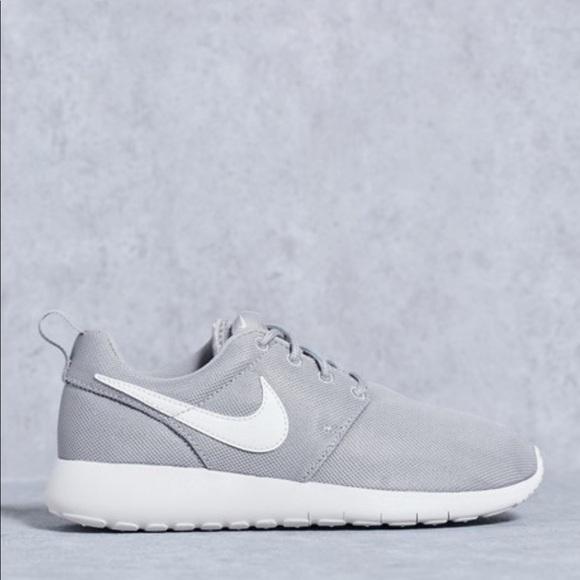 Cooperación Radar Es una suerte que  Nike Shoes | Nike Roshe One Womens Grey White Shoes | Poshmark